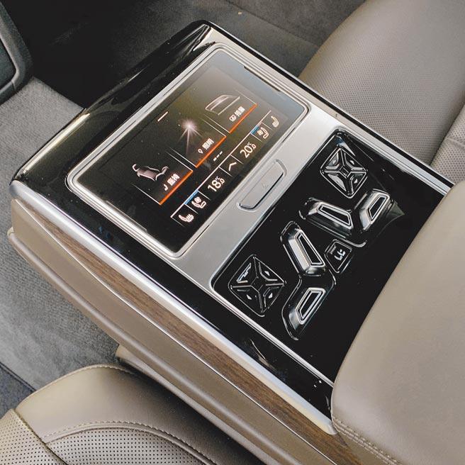 豪華旗艦靚品看這裡A8 L 55 TFSI quattro Premium後座配有5.7吋OLED顯示螢幕的智聯控制平板。(陳大任攝)