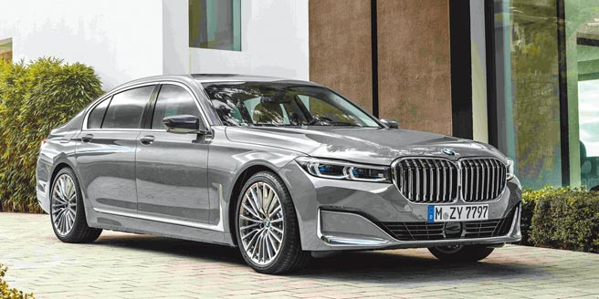 豪華旗艦靚品看這裡BMW 7系列Exclusive Edition層峰旗艦版擁有傲視車壇的超輕量化Carbon Core碳纖維車體結構,全車使用觸感細緻柔軟的頂級Nappa真皮座椅, 依不同動力、配備提供730i、730d、740i M Sport、740Li、750Li xDrive等5款選擇,售價分別為418、428、508、548、678萬元。(汎德提供)