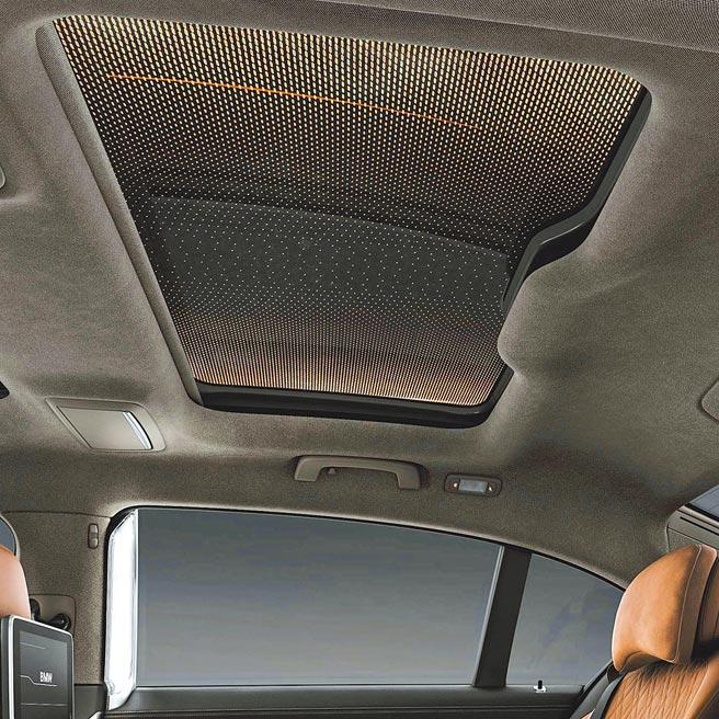 豪華旗艦靚品看這裡BMW 740Li及750Li xDrive搭載能展現遼闊星空的Sky Lounge全景式電動玻璃天窗。(汎德提供)