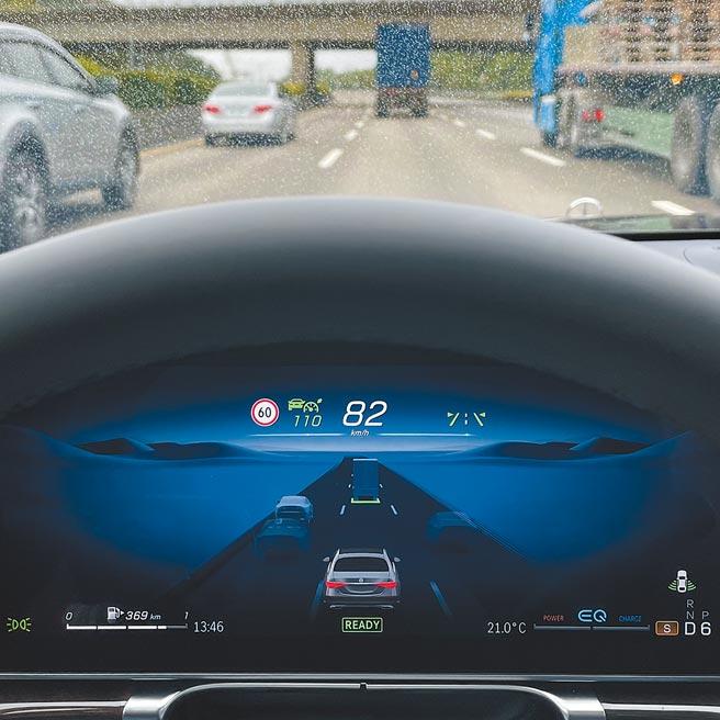 12.3吋儀表可顯示臨近車輛、提示與前車距離,背景圖也會隨進入隧道而改變。(陳大任攝)