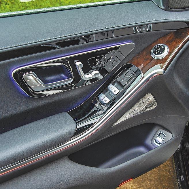 內裝以真皮、胡桃木與金屬相搭,後視鏡調整為電容式,座椅調整也換上新式觸控鈕。(陳大任攝)