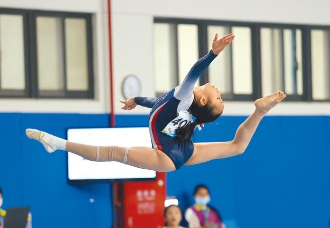 台北市民生國中廖奕淳精湛表現,幫助學校首度摘下全中運國女組競技體操成隊金牌。(運促會提供)