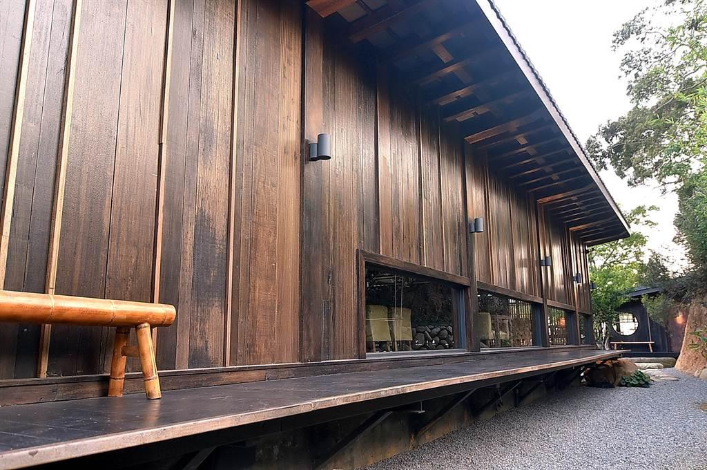 除了老石头外,〈飞花落院〉也用了非常多的老木建构日式和宅的外墙,藉由老木内薀的「歷史感」传递温度。(图/姚舜)
