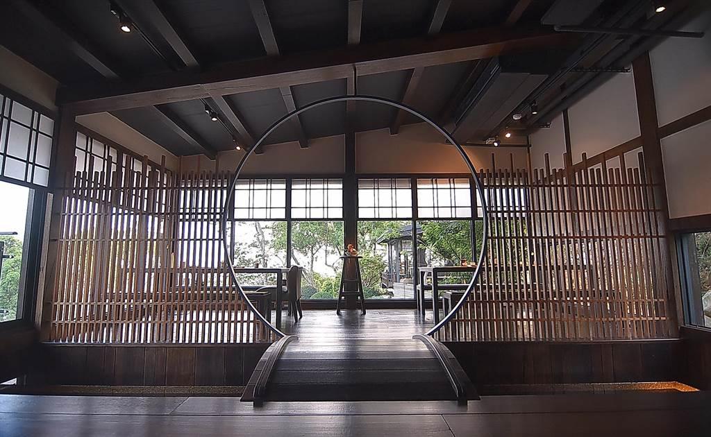 台中〈飞花落院〉2楼的茶空间因穿透性强故视觉辽阔,但设计师巧妙运用不同元素规画出不同的空间。(图/姚舜)