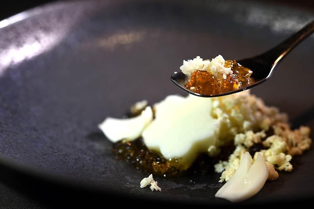 〈飞花落院〉开幕推出的第一套春季套餐,前菜〈白花椰菜豆腐.琥珀冻〉是以柴鱼昆布高汤晶冻搭配白花椰碎与百合根。(图/姚舜)
