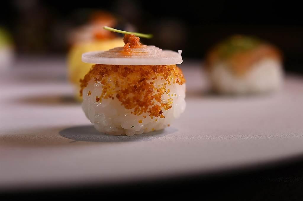 〈辣味乌鱼子手球寿司〉的形状近似法国小泡芙。(图/姚舜)