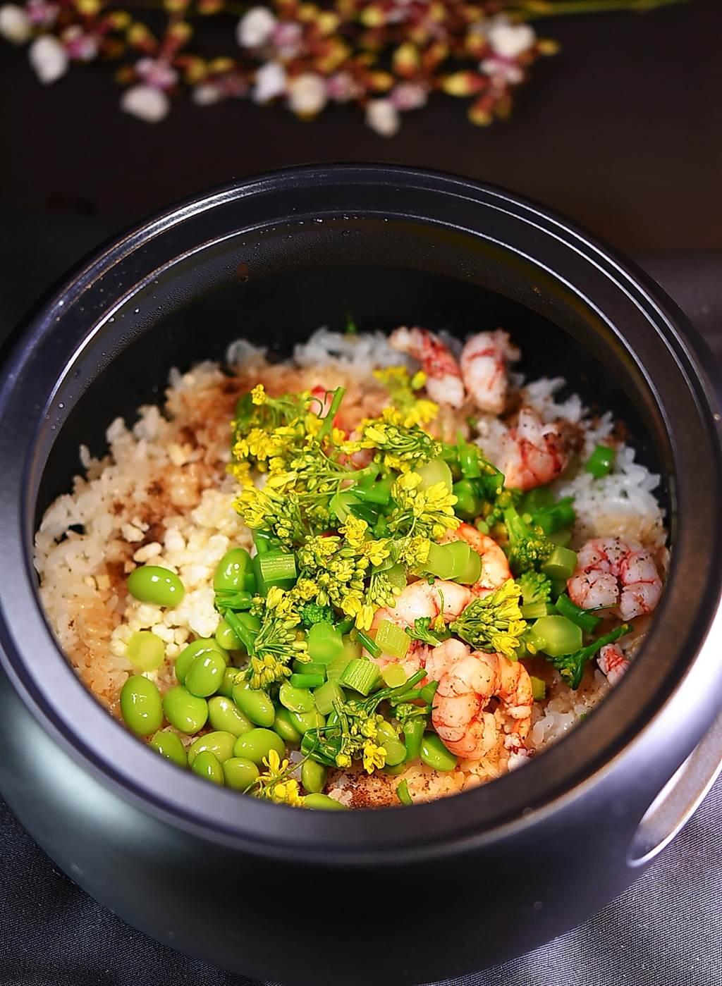 〈飞花落院〉的〈季节野菜釜饭〉,透过食材搭配,顏色也「非常春天」、引人食欲。(图/姚舜)