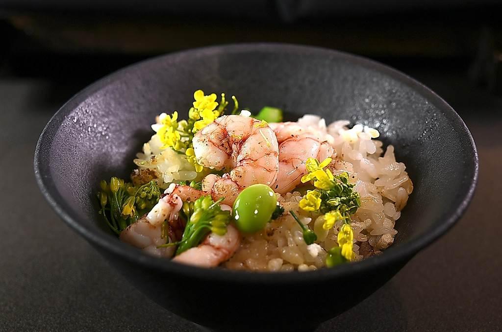 〈季节野菜釜饭〉上桌后,可将毛豆、油菜花、米香、芥菜,以及姻脂虾共拌吃食。(图/姚舜)