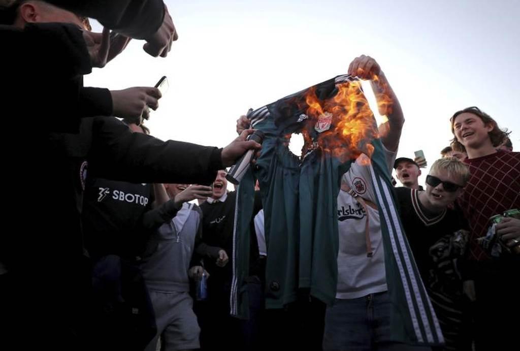 英超球迷不滿利物浦自組超級聯賽,上街抗議並燒掉球衣洩憤。(美聯社)