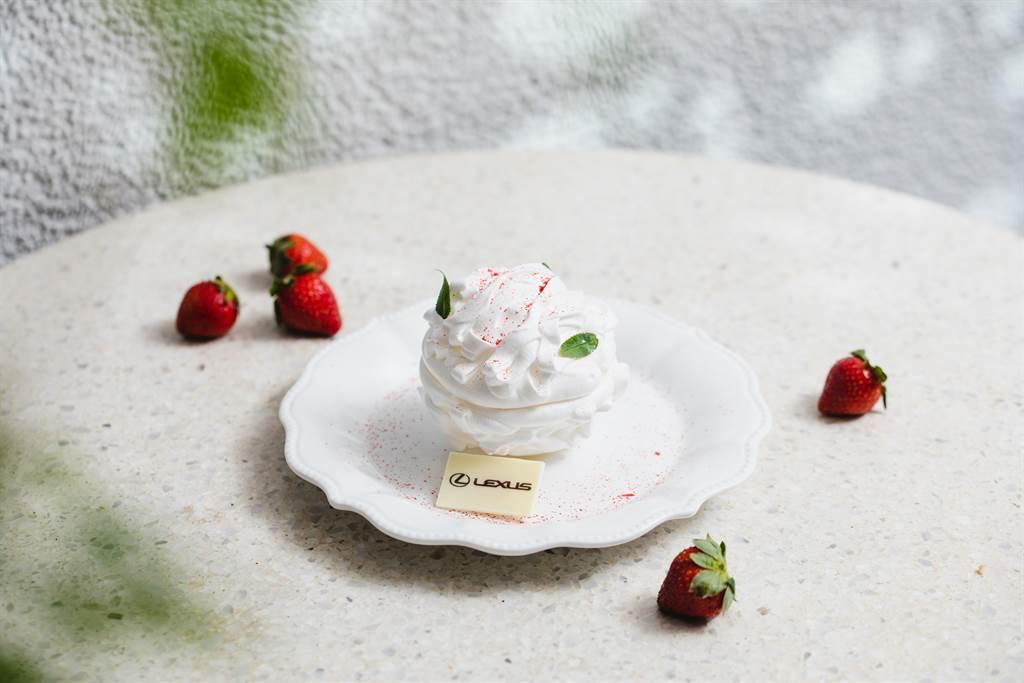 第二款主甜點「草莓雪球」輕輕敲碎蛋白霜殼球後,豔紅的草莓雪酪、果醬和法式布丁乍現,充滿視覺驚喜。