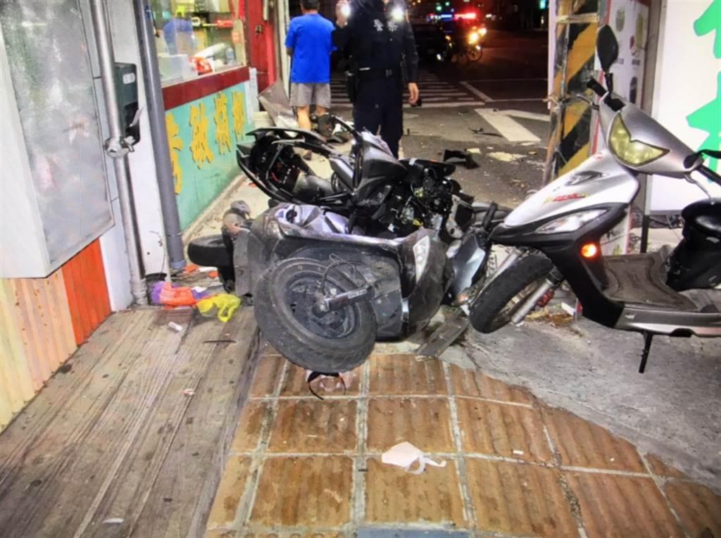 機車遭拒檢賓士撞飛衝進檳榔攤,騎士重傷送醫。(圖/翻攝自畫面)