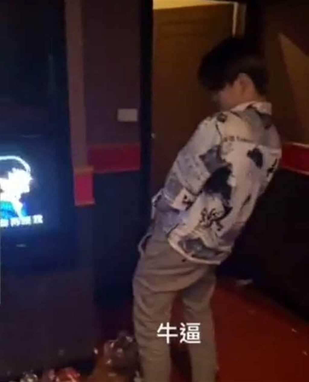 包廂裡明明有廁所,屁孩卻在電視旁的地板上尿尿。(圖/翻攝自Dcard)