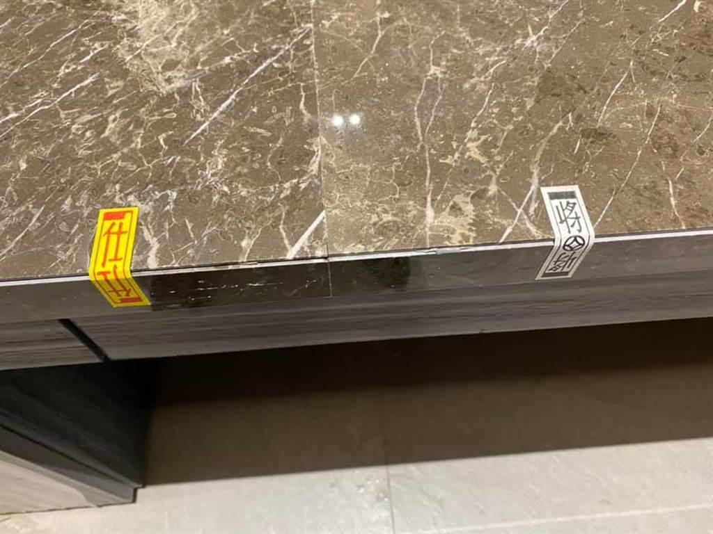 有不少內行人跳出解答,表示會在大理石上貼上四色牌,主要是師傅要拿來調整安裝石材高度跟左右縫。(圖取自爆系知識家)