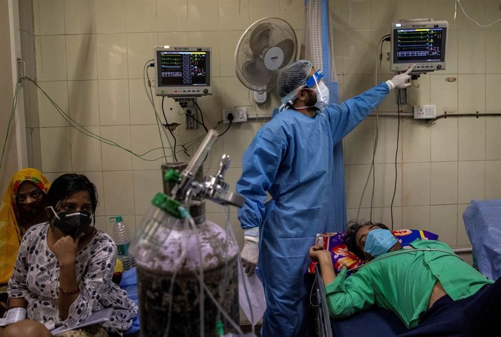 疫情在所有年齡層的傳播速度均已增加,上週全世界通報520萬起新增病例,為疫情爆發以來的單週新高。(圖/路透社)