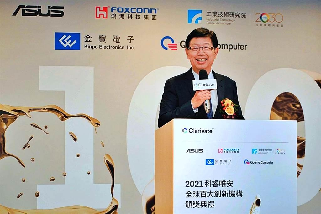 鴻海董事長劉揚偉20日出席科睿唯安「2021全球百大創新機構」頒獎典禮,會後接受媒體提問。(鴻海提供)
