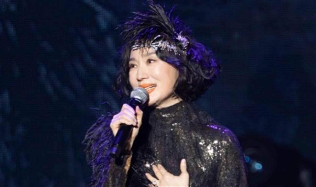 坣娜演唱會尪放閃告白 她一身黑金雙色性感優雅。(圖/品牌提供)