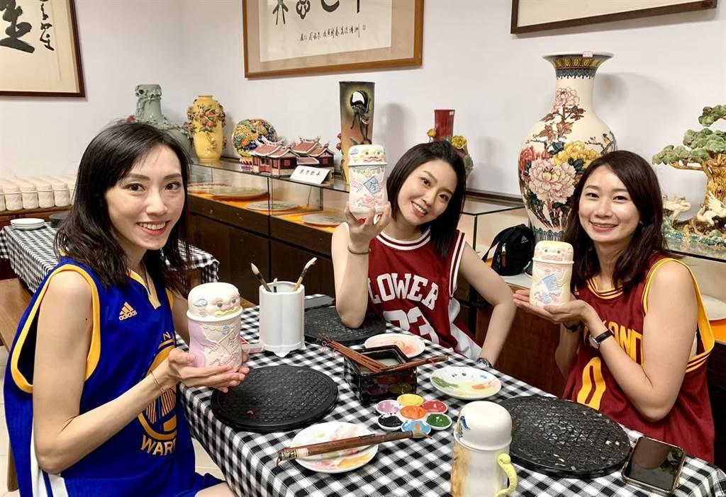 華信空姐體驗彩繪、捏陶的手作樂趣。(金門陶瓷廠提供)