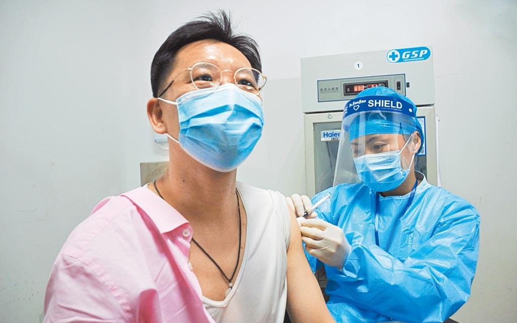 上海19日起免費為當地台人施打COVID-19疫苗,大陸台企聯會長李政宏率先接種疫苗。 (中央社)