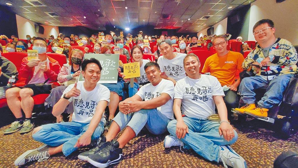徐詣帆(前排左起)、撒基努、導演楊智麟,合體男女主角Ella(後排左三起)、馬志翔開心與影迷見面。(華納兄弟提供)