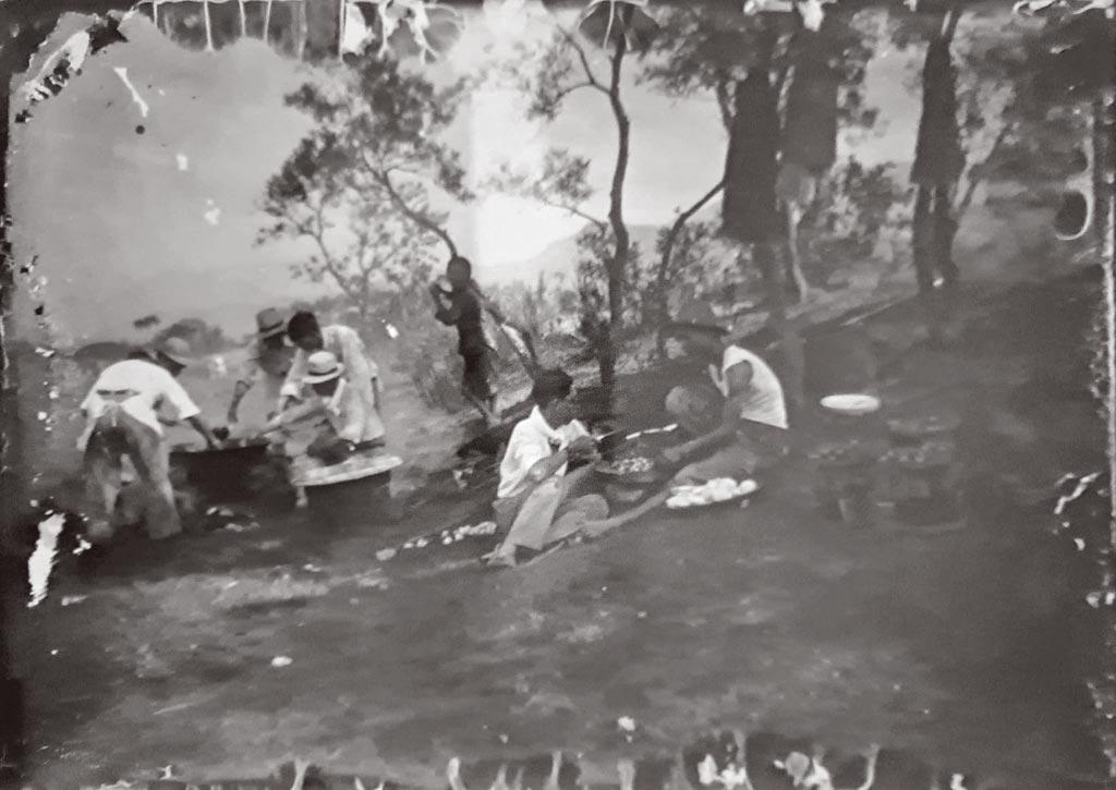 1934年前後,李梅樹啟用相機作為繪畫的輔助工具,常與姪子劉山田一起拍照後,自行沖洗乾版底片。40年代的畫作「星期日」與這張家族出遊的留影有幾分神似。(李梅樹紀念館提供)