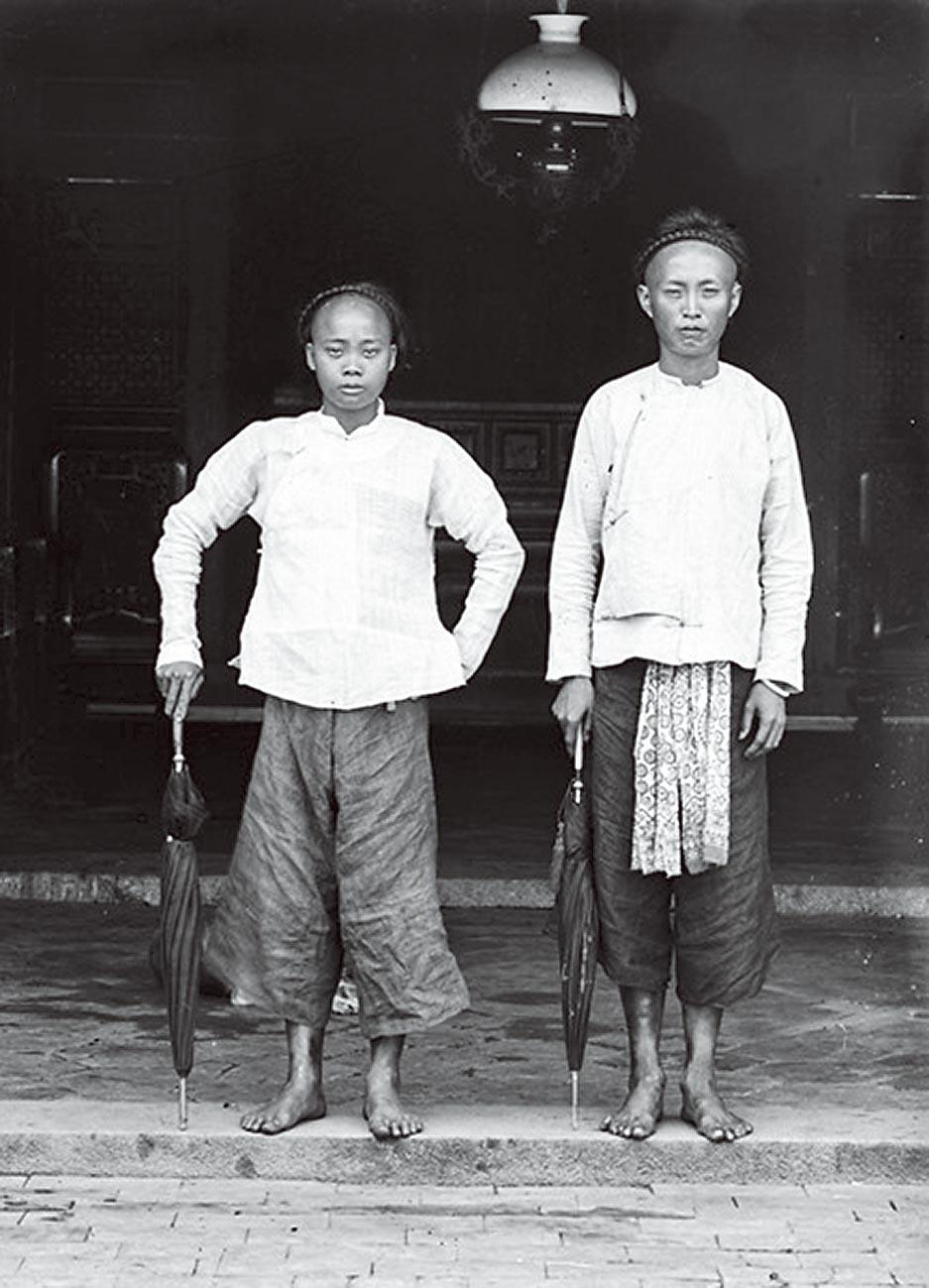 霧峰林家花園不分主從,僱傭平等入鏡的現象,映現了林獻堂的人格特質。(林草攝於1905~1910,林明弘提供)