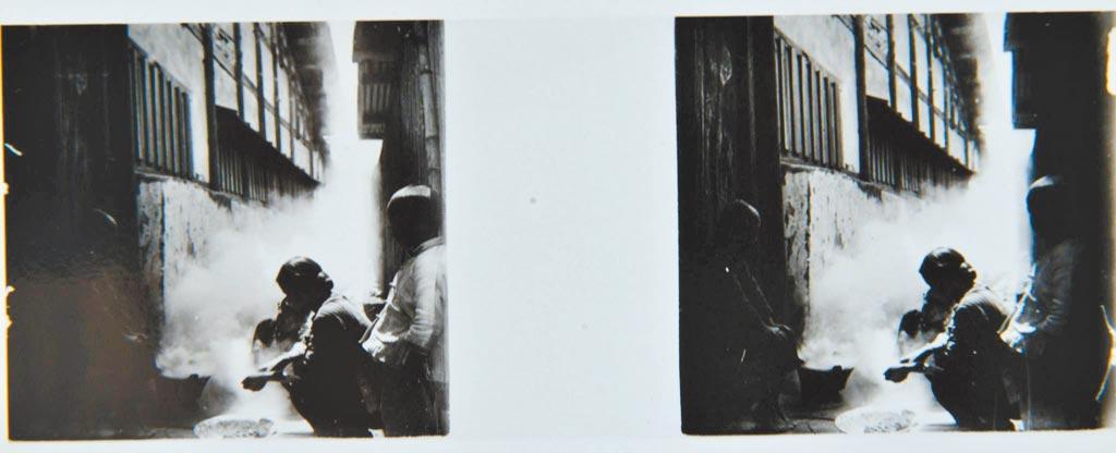 張清言行醫餘暇,攝影的開銷大,妻子張廖里勤儉持家,剝除龍眼殼作燃料,爐火鋪上鐵皮用來烘烤龍眼乾賺取外快,她還會做蓆帽和裁縫補貼家用。(張清言攝於1925,張榮欽提供)