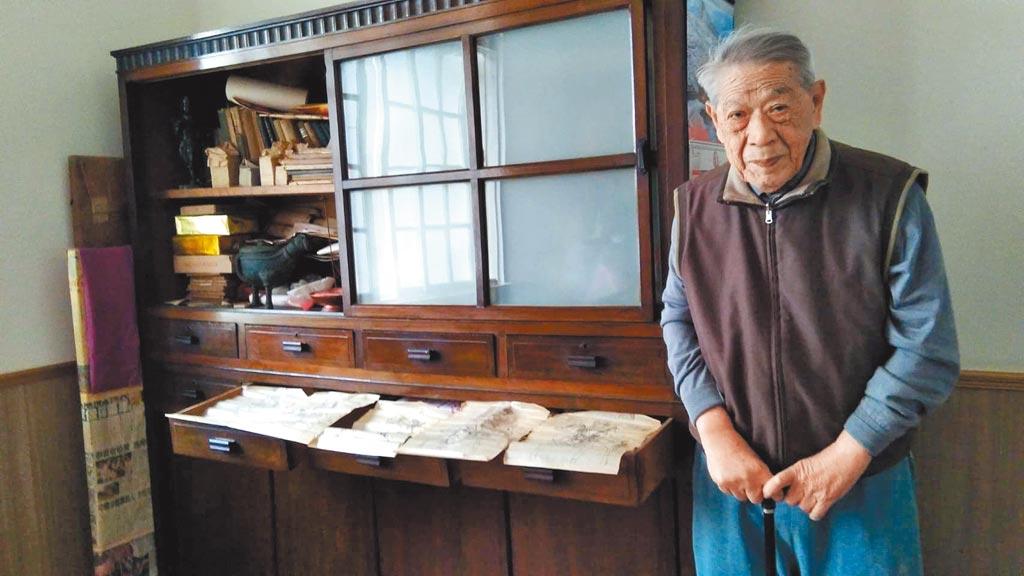 行醫六十九年的張文魁,退隱前幾天,決定將父親張朝目所有的玻璃乾版遺作贈予「國家攝影文化」。(張蒼松攝)