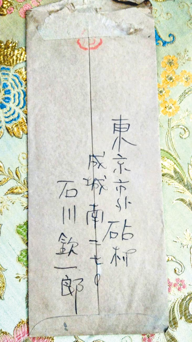 彭瑞麟與恩師石川欽一郎,十幾年書信往返四十封,攝影家傳承尺牘寄情之美,多年後,骨肉到中南部求學,天天收到父親捎來家書。(張蒼松攝)