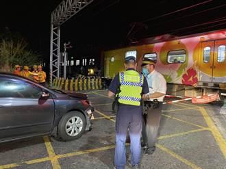 汽車疑似闖平交道 遭電聯車撞擊 嘉義溪洲平交道深夜傳事故