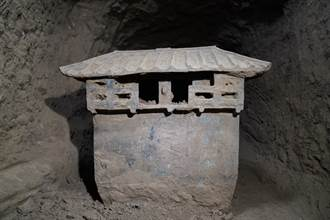 穿越2千年的食物!古墓出土罕見陶倉 塞滿小米專家驚嘆