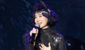 坣娜演唱會尪放閃告白 她一身黑金雙色性感優雅