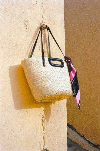 Maje棕櫚葉編織包營造度假Fu