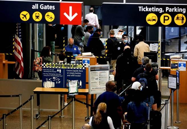 美國國務院19日表示,將大幅提升旅遊警示,全球約80%國家將被列入「不要旅行」(Do Not Travel)級別,指出這些國家將因為新冠疫情,帶給遊客「前所未見的風險」。(圖/路透社)