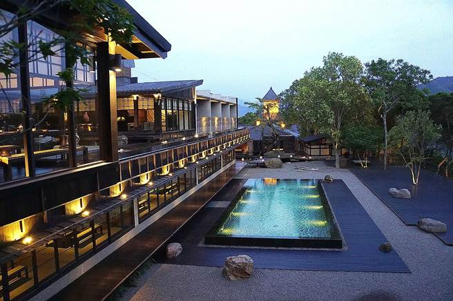 飞花落院〉的一楼为餐厅,二楼则是茶空间,日出日落有不同景致。(图/姚舜)