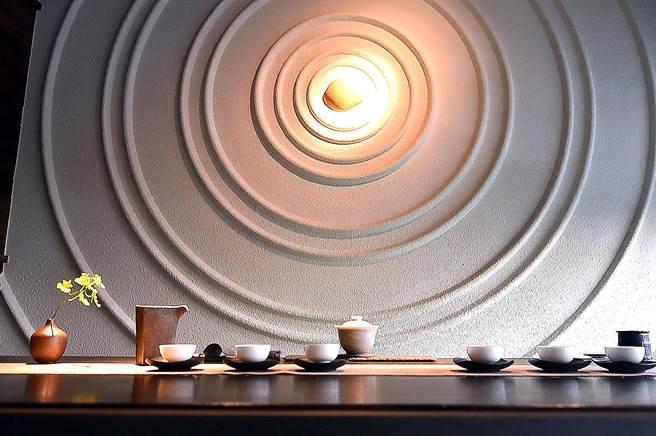 台中〈飛花落院〉2樓有一茶空間有一立面的「枯山水牆」,在此品茶與茶人互動,別有閒情雅趣。(圖/姚舜)