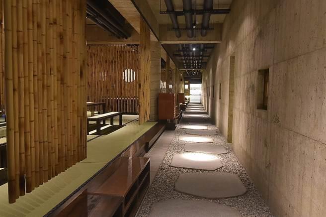 台中〈飞花落院〉一楼用餐区,设计师利用竹子打造「软隔间」,为客人保留私密性。(图/姚舜)