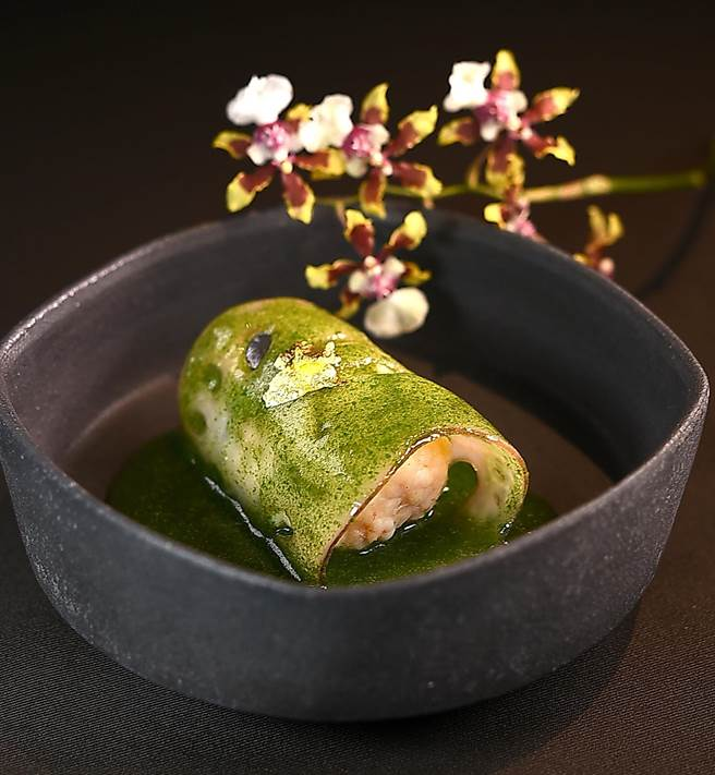 〈海老真丈〉是用莲藕片包卷白虾泥作馅,再淋上用出汁和菠菜泥熬煮的酱汁赋味,同时表现「春色」。(图/姚舜)