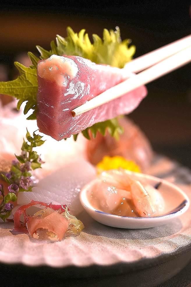 这个季节的烟仔虎油脂最肥美,〈飞花落院〉主厨以盐麴点缀提味。(图/姚舜)