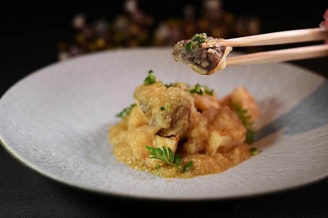 「缽物」是將新社香菇與大坑麻竹筍炸成天婦羅後,再以水井產的白蘿蔔調成蘿蔔泥賦味,是一道體現在地風土特色的菜餚。(圖/姚舜)