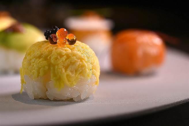〈玉子燒手毬壽司〉用了德國魚子醬和鮭魚卵提味。(圖/姚舜)