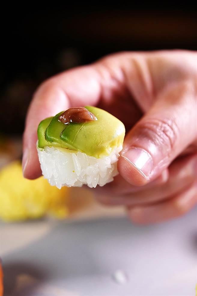 〈酒盜酪梨手毬壽司〉是用「鹽辛」提味,鹹鮮回甘搭配酪梨。(圖/姚舜)