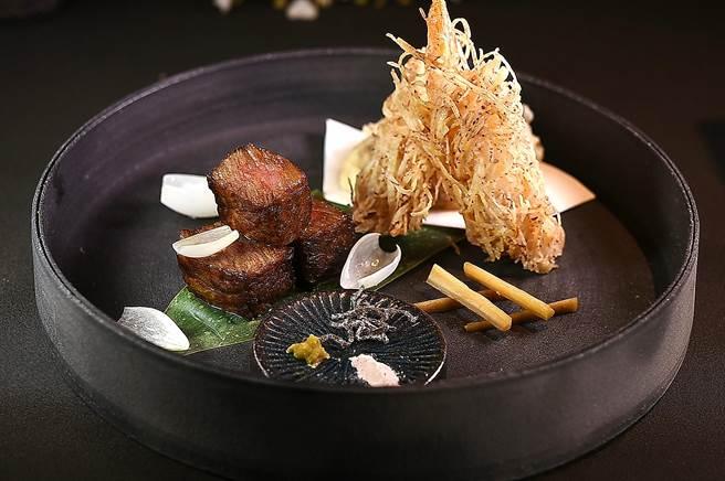〈炸蝦天婦羅〉(右)的鮮蝦是沾附切成絲條的芋頭油炸,口感更加酥脆。(圖/姚舜)