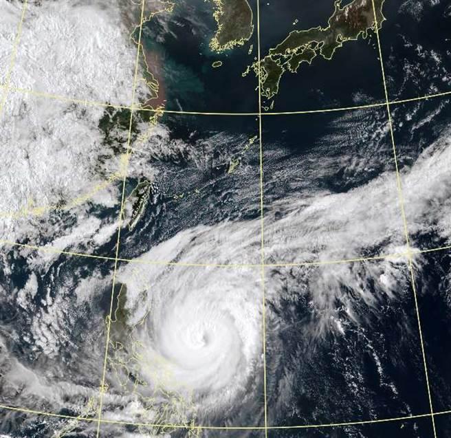 颱风周四离台最近,周末大陆南方云系移入,周日至下周一有机会全台降雨 ,彭启明表示,这将是四月雨最多的一次。图为卫星云图。(翻摄自 气象局)