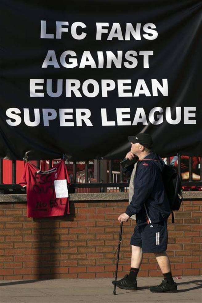 英超球迷懸掛布條抗議超級聯賽,並宣稱「利物浦足球隊已死」。(美聯社)