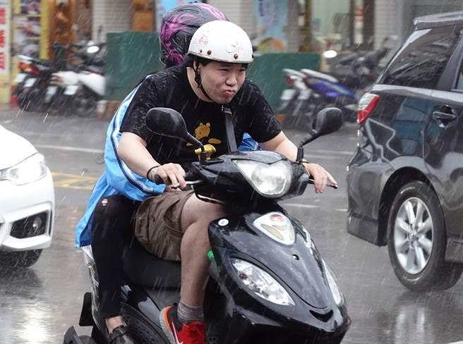 男子去因為突然下起大雨,他因此騎進騎樓躲雨、穿雨衣,遭檢舉魔人偷拍舉發,他事後受收到500罰單不服提告。(示意圖,非當事人照片/中時資料照)