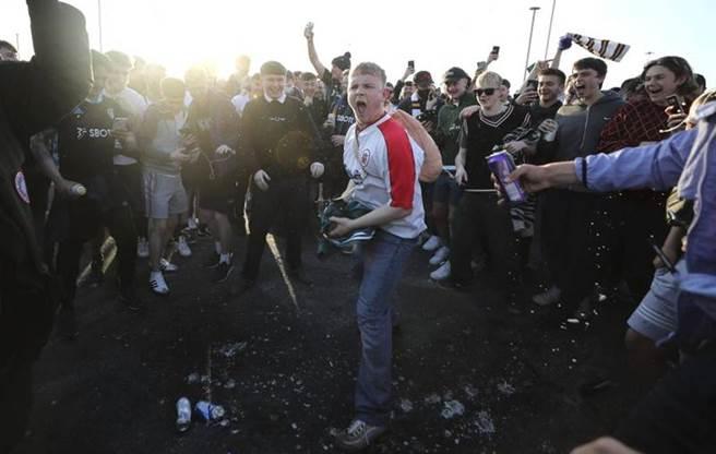 英格蘭球迷不滿超級聯賽成立,群聚上街抗議。(美聯社)