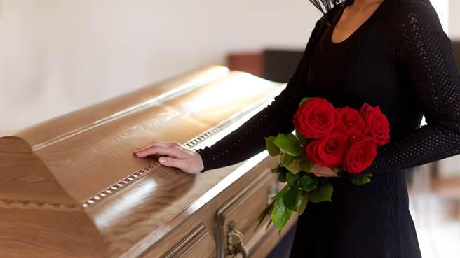 泰國婦人參加87歲鄰居喪禮,用亡者的年齡買彩券竟中頭獎。圖片為示意圖非本人。(圖/shutterstock)