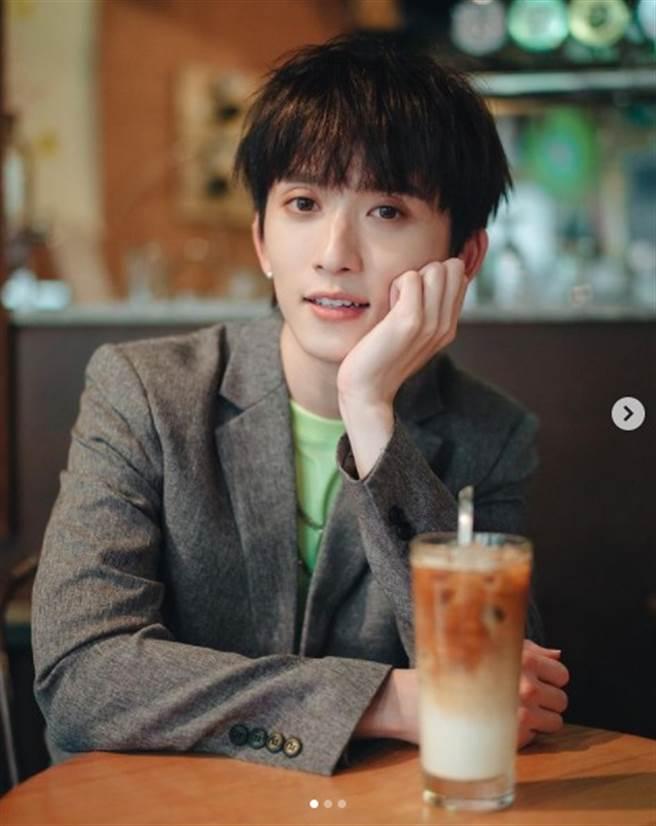 邱鋒澤雖然是白咖啡小開,家境富裕,但私毫沒有傲氣,甘願從音樂助理做起。(圖/IG@ qiufengze)