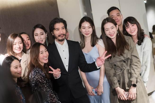 王力宏與新人的朋友親切合影。(宏聲文化提供)