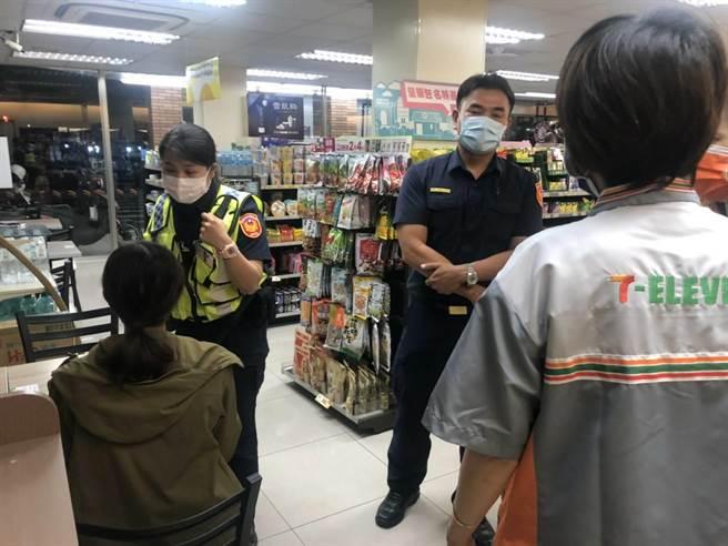 吳女(左)遭網友威脅匯款,超商店員與警方合力攔阻。(讀者提供/劉秀芬台南傳真)